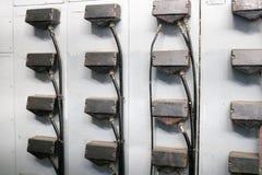 Βουλώματα για τα καλώδια για τη σύνδεση των γραφείων μετάλλων σιδήρου για τον ηλεκτρικό εξοπλισμό των ηλεκτρικών κινητήρων σε μια στοκ εικόνες