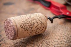 βουλώνει το κρασί και τραβά τα καλύμματα στο ξύλινο υπόβαθρο Στοκ εικόνες με δικαίωμα ελεύθερης χρήσης