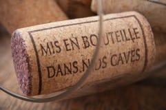 - βουλώνει το κρασί στο ξύλινο υπόβαθρο με το γαλλικό κείμενο Στοκ Φωτογραφίες