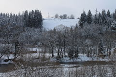 Βουνά, ένας ποταμός βουνών το χειμώνα Στοκ Εικόνες
