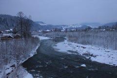 Βουνά, ένας ποταμός βουνών το χειμώνα Στοκ φωτογραφία με δικαίωμα ελεύθερης χρήσης