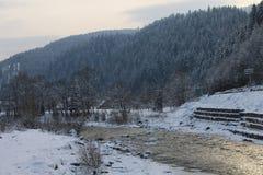 Βουνά, ένας ποταμός βουνών το χειμώνα Στοκ εικόνα με δικαίωμα ελεύθερης χρήσης