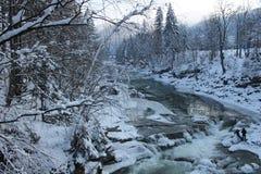 Βουνά, ένας ποταμός βουνών το χειμώνα Στοκ εικόνες με δικαίωμα ελεύθερης χρήσης