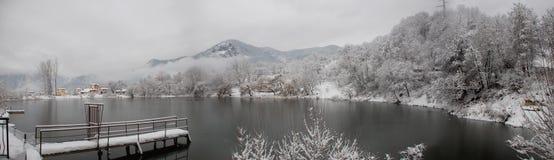 Βουνά, δέντρα πεύκων και τοπίο χιονιού Στοκ εικόνες με δικαίωμα ελεύθερης χρήσης