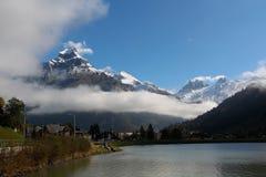 Βουνά, λίμνη και σύννεφα Στοκ εικόνες με δικαίωμα ελεύθερης χρήσης
