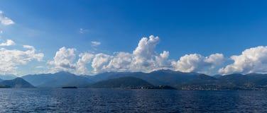 Βουνά, λίμνη και σύννεφα Majorie λιμνών Στοκ Εικόνες