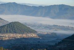 Βουνά ανατολής που καλλιεργούνται με τα γραφικά χωριά στην αγροτική Γουατεμάλα, την υδρονέφωση και τον παγετό Κεντρική Αμερική στοκ φωτογραφία