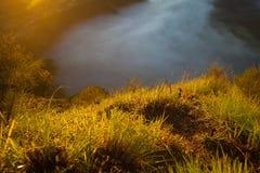 Βουνά ανατολής Άποψη ηφαιστείων πρωινού φύσης της Ασίας Οδοιπορία βουνών, τοπίο άποψης κοιλάδων Κανένας φωτογραφία στοκ εικόνες με δικαίωμα ελεύθερης χρήσης