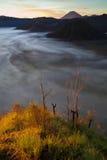 Βουνά ανατολής Άποψη ηφαιστείων πρωινού φύσης του Μπαλί Οδοιπορία βουνών, τοπίο άποψης Κανένας φωτογραφία Οι πρώτες ακτίνες στοκ εικόνα