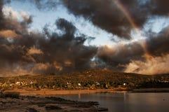 Βουνά, βράχοι και νερό Όμορφη δεξαμενή στοκ φωτογραφία με δικαίωμα ελεύθερης χρήσης