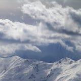 Βουνά βραδιού και νεφελώδης ουρανός φωτός του ήλιου Στοκ φωτογραφία με δικαίωμα ελεύθερης χρήσης