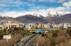Βουνά βόρειου Alborz της Τεχεράνης την άνοιξη με το χιόνι στο κορυφαίο Ιράν Στοκ Εικόνες