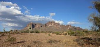 Βουνά δεισιδαιμονίας που ανατρέχουν από τη σύνδεση Apache, Αριζόνα Στοκ Φωτογραφίες
