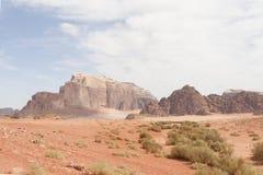 Βουνά ερήμων ρουμιού της Ιορδανίας Wadi Στοκ εικόνες με δικαίωμα ελεύθερης χρήσης