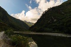 Βουνά διαδρομής σιδηροδρόμων και Machu Picchu, Περού Στοκ φωτογραφία με δικαίωμα ελεύθερης χρήσης