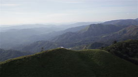 Βουνά κάτω από την υδρονέφωση το πρωί σε Nern Chang Suek, εθνικό πάρκο Pha Phum λουριών, επαρχία Kanchanaburi, Ταϊλάνδη, που φιλτ απόθεμα βίντεο