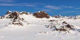 Βουνά κάτω από το νεφελώδη ουρανό Στοκ Εικόνες