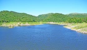 Βουνά και λίμνη στοκ εικόνες