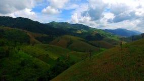 Βουνά και αγρόκτημα της Ασίας φιλμ μικρού μήκους