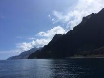 Βουνά και απότομοι βράχοι ακτών Napali που βλέπουν από το Ειρηνικό Ωκεανό - Kauai νησί, Χαβάη Στοκ Εικόνα