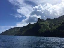 Βουνά και απότομοι βράχοι ακτών Napali που βλέπουν από το Ειρηνικό Ωκεανό - Kauai νησί, Χαβάη Στοκ εικόνα με δικαίωμα ελεύθερης χρήσης