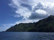 Βουνά και απότομοι βράχοι ακτών Napali που βλέπουν από το Ειρηνικό Ωκεανό - Kauai νησί, Χαβάη Στοκ εικόνες με δικαίωμα ελεύθερης χρήσης