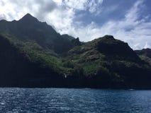 Βουνά και απότομοι βράχοι ακτών Napali που βλέπουν από το Ειρηνικό Ωκεανό - Kauai νησί, Χαβάη Στοκ Εικόνες