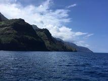 Βουνά και απότομοι βράχοι ακτών Napali που βλέπουν από το Ειρηνικό Ωκεανό - Kauai νησί, Χαβάη Στοκ Φωτογραφίες