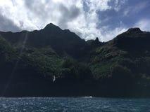 Βουνά και απότομοι βράχοι ακτών Napali που βλέπουν από το Ειρηνικό Ωκεανό - Kauai νησί, Χαβάη Στοκ φωτογραφία με δικαίωμα ελεύθερης χρήσης