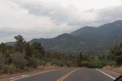 Βουνά και δρόμος στοκ εικόνες με δικαίωμα ελεύθερης χρήσης