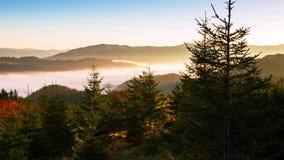 Βουνά και ερυθρελάτες και ομίχλη Χρονικό σφάλμα 4K απόθεμα βίντεο