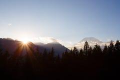 Βουνά και ηλιοβασίλεμα Στοκ φωτογραφία με δικαίωμα ελεύθερης χρήσης