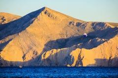 Βουνά και θάλασσα πριν από το ηλιοβασίλεμα Στοκ Φωτογραφίες
