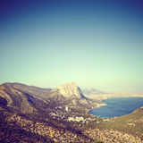 Βουνά και θάλασσα στο ηλιοβασίλεμα μπλε γυμνός ουρανός τοπίων λόφων της Κριμαίας Στοκ εικόνα με δικαίωμα ελεύθερης χρήσης