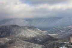 Βουνά και κοιλάδες με το χιόνι στοκ εικόνα