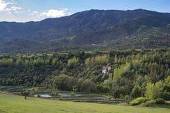 Βουνά και λίμνη θερινών τοπίων στοκ εικόνα με δικαίωμα ελεύθερης χρήσης