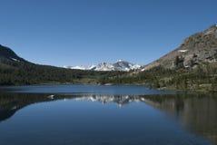 Βουνά και λίμνη χιονιού σε Yosemite Προορισμός οδικού ταξιδιού στοκ εικόνες
