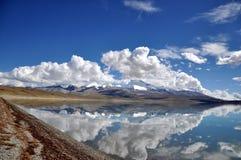 Βουνά και λίμνη χιονιού στοκ εικόνες