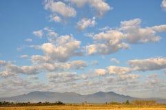 Βουνά και μπλε ουρανός στο Βορρά της Ταϊλάνδης Στοκ Φωτογραφίες
