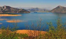 Βουνά και νερό της λίμνης Skadar Στοκ Εικόνα