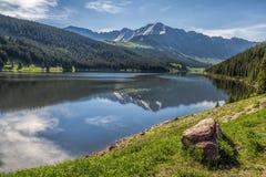 Βουνά και νερό Στοκ φωτογραφία με δικαίωμα ελεύθερης χρήσης
