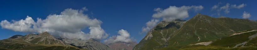 Βουνά και ουρανός Στοκ Εικόνα