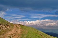 Βουνά και ουρανός Στοκ εικόνες με δικαίωμα ελεύθερης χρήσης