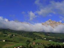 Βουνά και σύννεφα κοιλάδων Στοκ φωτογραφίες με δικαίωμα ελεύθερης χρήσης