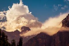 Βουνά και σύννεφα στο κύκλωμα Annapurnas, Ιμαλάια, Νεπάλ Στοκ εικόνες με δικαίωμα ελεύθερης χρήσης