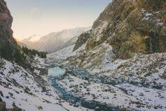 Βουνά και φως του ήλιου χιονιού Στοκ Εικόνες