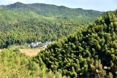 Βουνά και χωριό μέσα, επαρχία Anhui, Κίνα Στοκ φωτογραφία με δικαίωμα ελεύθερης χρήσης