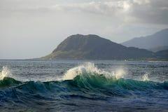 Βουνά και ωκεάνια κύματα Στοκ εικόνα με δικαίωμα ελεύθερης χρήσης