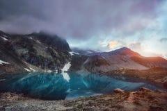 Βουνά Καύκασου λιμνών το καλοκαίρι, η τήξη της λίμνης Arkhyz Sofia κορυφογραμμών παγετώνων Όμορφα υψηλά βουνά της Ρωσίας, σαφής π στοκ φωτογραφίες