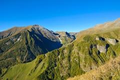 Βουνά Καύκασου το καλοκαίρι και το μπλε ουρανό άποψη από Gudauri Στοκ Εικόνες